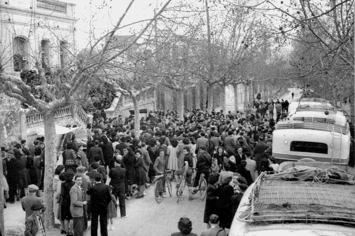 1943.00-Autocars davant Ateneu